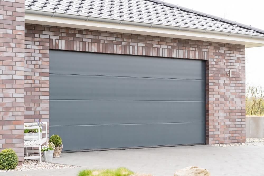 srebrna brama garażowa