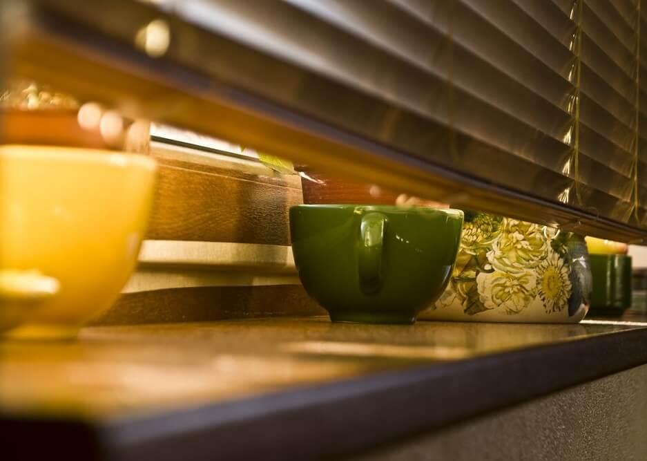 żaluzja w oknie kuchennym